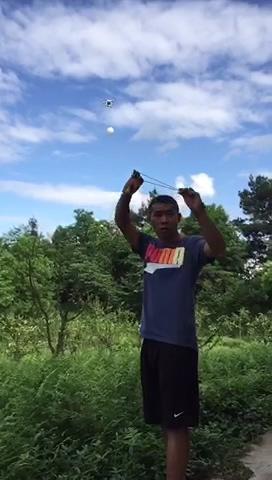 无人机挂气球演示皮筋弹射精度 球破鸡也炸