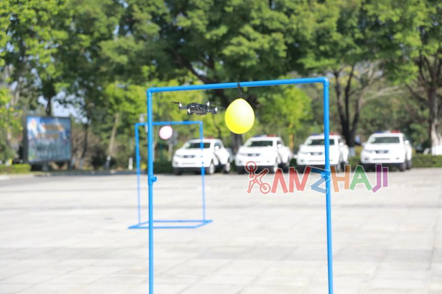 """空中切气球、扫二维码!无人机让智慧警务""""飞""""出新高度"""